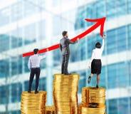 Команда дела рисует растущую стрелку статистик компании над кучами денег Стоковое Изображение RF