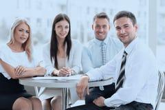 Команда дела сидя на таблице в кафе Стоковые Изображения RF
