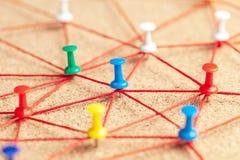 Команда дела Соединитесь между людьми Штыри офиса соединенные красным потоком стоковое изображение