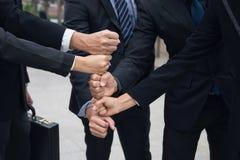 команда дела штабелируя руки в городе Стоковое Изображение