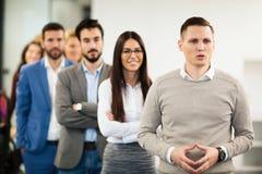 Команда жизнерадостных предпринимателей представляя для изображения группы Стоковая Фотография