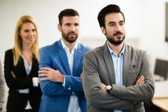 Команда жизнерадостных предпринимателей представляя для изображения группы Стоковые Фотографии RF