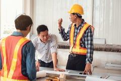 Команда инженера проекта конструкции промышленная в раскрытии места , Руководящая группа руководства проектом инженера и архитект стоковое фото