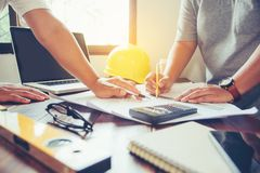 Команда инженеров работая совместно в офисе архитектора Стоковые Фото