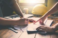 Команда инженеров работая совместно в офисе архитектора Стоковое Фото