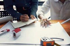 Команда инженеров работая совместно Стоковая Фотография RF