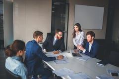 Команда и менеджер корпоративного бизнеса в встрече Стоковые Фото