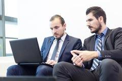 Команда и менеджер корпоративного бизнеса на деловой встрече Стоковые Фото