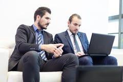 Команда и менеджер корпоративного бизнеса на деловой встрече Стоковое фото RF
