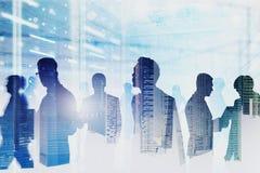 Команда компьутерных инженеров в комнате сервера, сети иллюстрация штока