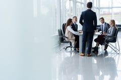 Команда корпоративного бизнеса и менеджер в встрече, конец вверх стоковые фото
