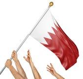 Команда людей вручает поднимать национальный флаг Бахрейна Стоковая Фотография RF