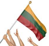 Команда людей вручает поднимать национальный флаг Литвы Стоковое фото RF