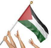 Команда людей вручает поднимать национальный флаг Палестины Стоковая Фотография