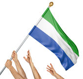Команда людей вручает поднимать национальный флаг Сьерра-Леоне Стоковые Изображения