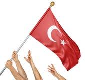 Команда людей вручает поднимать национальный флаг Турции Стоковые Фото