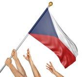 Команда людей вручает поднимать национальный флаг чехии Стоковая Фотография