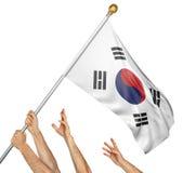 Команда людей вручает поднимать национальный флаг Южной Кореи Стоковая Фотография