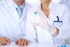 Команда научных исследователей в лаборатории изучая вещества или пробу крови Новая вакцина для industr лекарствоведения Стоковые Фотографии RF