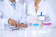 Команда научных исследователей в лаборатории изучая вещества или пробу крови Новая вакцина для industr лекарствоведения Стоковое фото RF