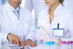 Команда научных исследователей в лаборатории изучая вещества или пробу крови Новая вакцина для industr лекарствоведения Стоковое Изображение RF