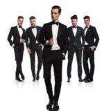 Команда 5 ослабила groomsmen стоя с руководителем в фронте стоковая фотография rf