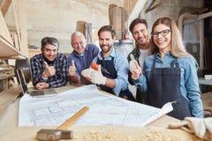 Команда плотников держа большие пальцы руки вверх Стоковое Изображение RF
