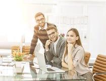 команда профессиональных copywriters работая на новом проекте рекламы в рабочем месте в студии Стоковое фото RF