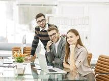 команда профессиональных copywriters работая на новом проекте рекламы в рабочем месте в студии Стоковое Изображение
