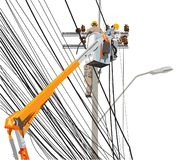 Команда 3 работников поляков электричества высоковольтная с подъемноым-транспортировочн механизмом inf стоковое изображение rf