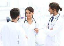 Команда различных докторов имея переговор Стоковые Фотографии RF