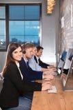 Команда службы технической поддержки работая в офисе стоковые изображения rf