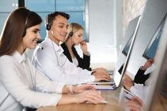 Команда службы технической поддержки работая в офисе стоковое изображение rf