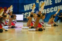 КОМАНДА танца представления во время спички баскетбола стоковая фотография