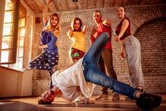 Команда танца страсти - городской тазобедренный танцор хмеля стоковое фото rf