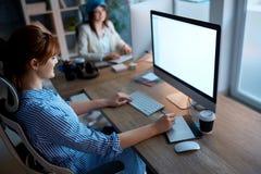Команда творческих дизайнеров работая дополнительное время на проекте в desi Стоковое Фото