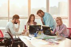 Команда творческих дизайнеров работая на общем проекте в студии дизайна Стоковое Изображение