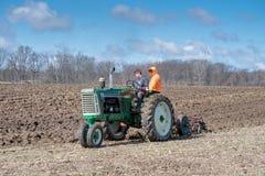 Команда фермеров вспахивая поле Стоковые Фото