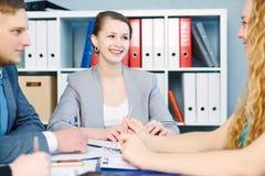 Команда юристов обсуждая работая проблемы Серьезные дело и партнерство, предложение о работе, финансовая концепция успеха стоковые фото