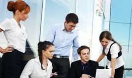 Команда 5 businesspersons работает совместно Стоковая Фотография