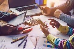 Команды бизнесмен работа работа с компьтер-книжкой в офисе открытого пространства Стоковое Изображение