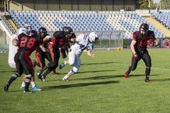 Команды для американского футбола против фона зеленого поля стоковая фотография rf