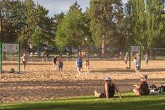 Команды играя волейбол пляжа на озере Skaha в Penticton, ДО РОЖДЕСТВА ХРИСТОВА, Канада стоковая фотография rf