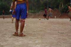 команды подростковых и молодых мальчиков играя футбол стоковое фото
