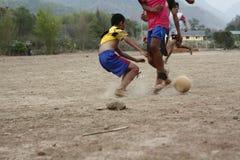 команды подростковых и молодых мальчиков играя футбол стоковая фотография rf