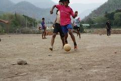 команды подростковых и молодых мальчиков играя футбол стоковые фото