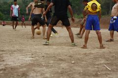 команды подростковых и молодых мальчиков играя футбол стоковое изображение rf