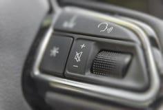 Команды рулевого колеса в современном роскошном автомобиле Стоковое Изображение RF