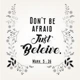 Команды цитаты библии в флористическом дизайне венка Стоковая Фотография RF