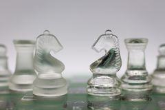2 команды шахмат положили дальше шахматную доску, пользу изображения для конфронтации между делом стоковые изображения